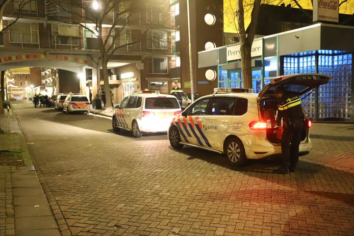 De wijk rondom een flatgebouw aan de Bikolaan in Delft is vannacht rond 4.15 uur korte tijd door de politie afgesloten in verband met een grote inzet bij een appartement op de derde etage van een flatgebouw.