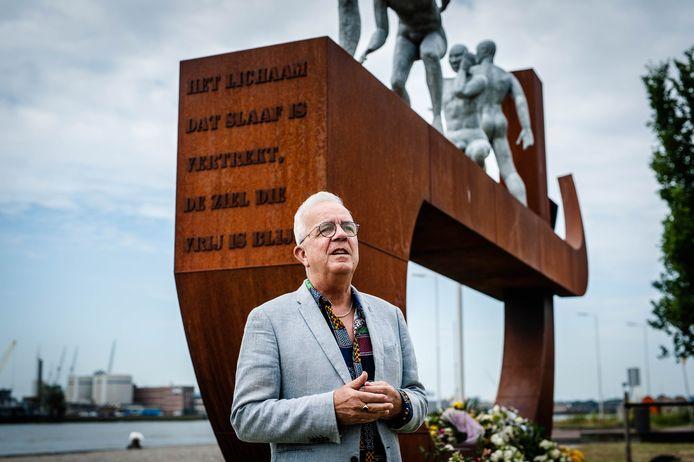 Professor Caribische geschiedenis Alex van Stipriaan bij het slavernijmonument aan de Lloydstraat in Rotterdam.