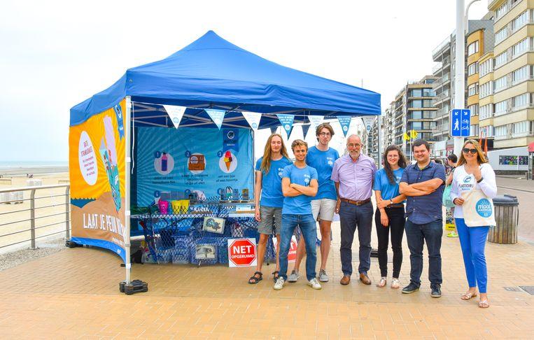 Guido Decorte (schepen van milieu), Nathalie Haentjens en Jan Vandromme (dienst Milieu & Duurzame Ontwikkeling Koksijde) en Sarah, Arno, Ian en Alexi van het team Mooimakers.
