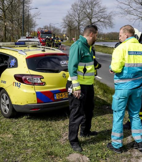 Groenwerkers onwel door chemische lucht uit kist bij kanaal in Oosterhout
