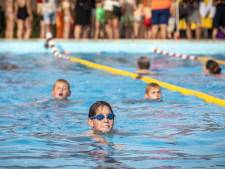 Bijna 30 graden en een strakblauwe lucht: Zwem4Daagse in Almelo trekt massa's deelnemers