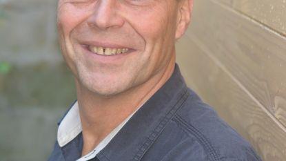 """Journalist Erik Segers (58) richt zelf een uitgeverij op om zijn eerste roman te publiceren: """"Omdat ik de 60 voel naderen, vind ik het tijd om vol voor mijn passie te gaan"""""""