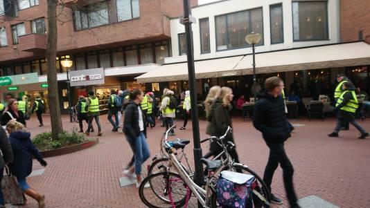 Gele Hesjes demonstranten op weg naar het 18 Septemberplein.