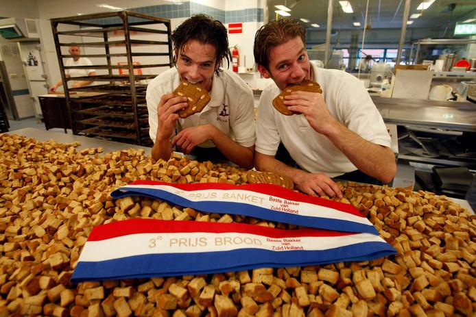 Bakkers Ruben en Remon van den Berg  op een berg échte pepernoten.
