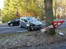 Automobiliste knalt tegen boom op N413 in Soest