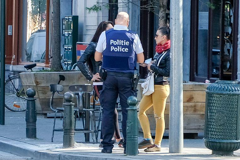 De Brusselse politie aan het werk in de Alhambra-wijk.