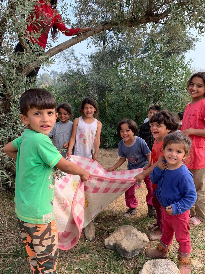 Spelende kinderen in een vluchtelingenkamp op Lesbos