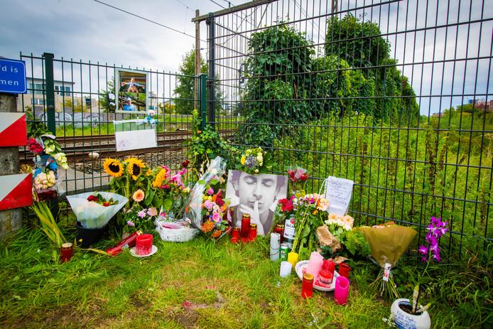 Een gedenkplek bij de spoorovergang aan Lupineweg, ter nagedachtenis van Mark Vos.