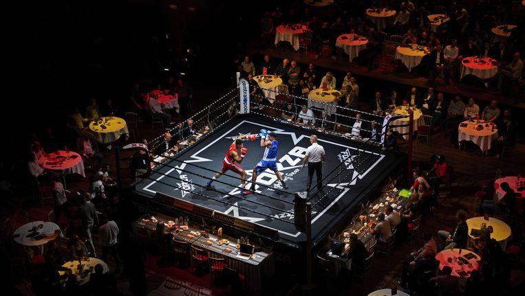 Donovan Vroom (blauw) in zijn partij tegen Kilat Hallie (rood). Beeld anp