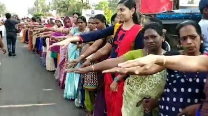 VIDEO. Honderdduizenden Indiase vrouwen vormen indrukwekkende menselijke ketting van 600 km tegen discriminatie