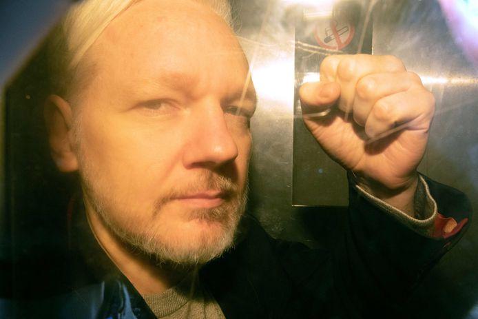 D'abord poursuivi pour piratage informatique, Julian Assange a vu s'alourdir en mai dernier les charges pesant contre lui lorsque la justice américaine l'a inculpé de 17 chefs supplémentaires, en vertu des lois anti-espionnage. Ses soutiens dénoncent dans ces poursuites un grave danger pour la liberté de la presse.