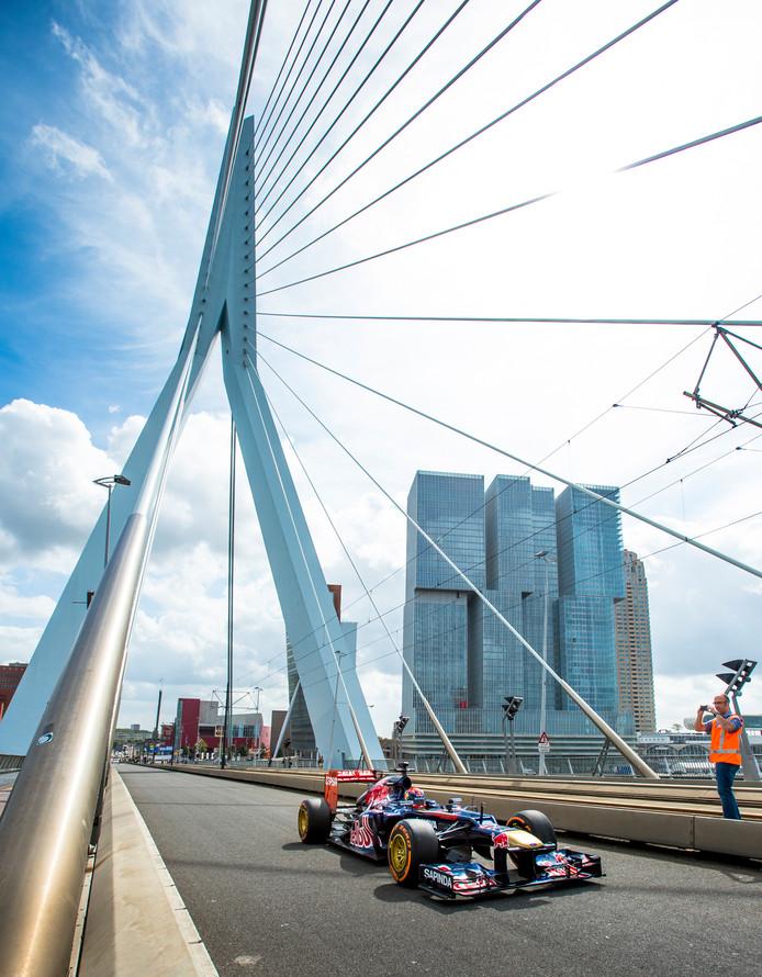 Max Verstappen reed in 2014 al met zijn bolide over de Erasmusbrug.
