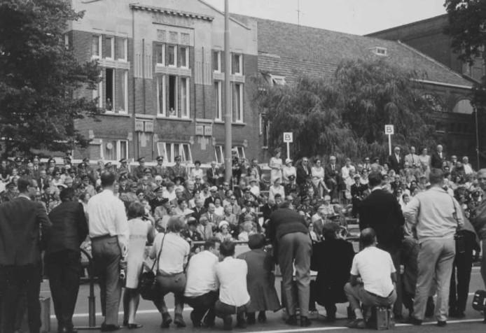 Journalisten wachten samen met prinses Beatrix op de doorkomst van prins Claus. Op de achtergrond concertgebouw de Vereeniging.