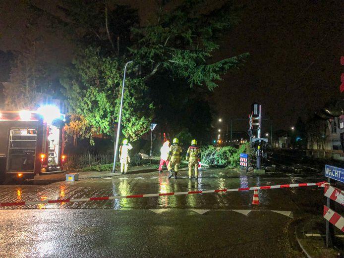 In Velp was bij de kruising van de Alexanderstraat en de Zuider Parallelweg enige tijd een spoorwegovergang afgesloten. Een tak was afgebroken en moest worden opgeruimd door de brandweer.