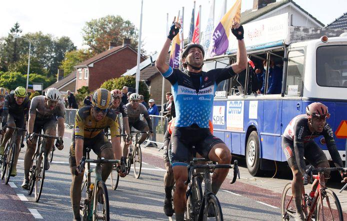 Coen Vermeltfoort prijst zich gelukkig met de zwaarbevochten zege in de Omloop van de Braakman.