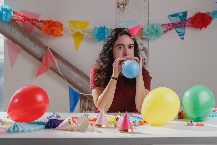 Majda viert in haar eentje haar verjaardag. Zoals ze in de tandpastareclame ook altijd zeggen: dit is een gedramatiseerde weergave van de werkelijkheid.