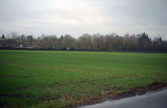 Op deze open ruimte zou op termijn het nieuwe sportcomplex moeten komen.