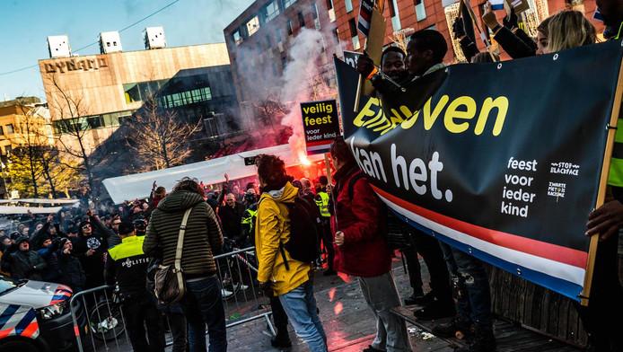 Het protest van afgelopen zaterdag in Eindhoven. Op de achtergrond tegendemonstranten.