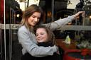 Een meet & greet met een fan, zoals hier met Caithlyn Nap, mag Dionne voorlopig nog niet doen vanwege de 1,5 meter afstand.
