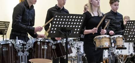 Harmonie uit Wierden zamelt ruim 400 euro in voor knuffels