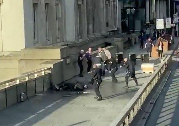 Agenten lossen schoten op de door omstanders overmeesterde messentrekker.