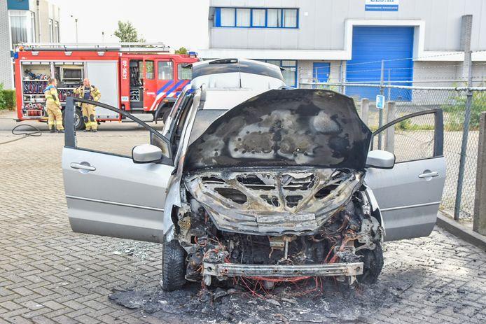 De auto brandde helemaal uit op de Hydrograaf in Duiven.