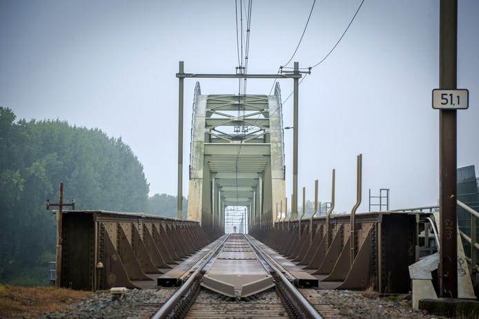De enkelspoors brug bij Ravenstein is een flessenhals.