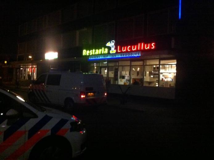 Twee onbekenden hebben dinsdagavond rond 23.00 uur snackbar Lucullus overvallen aan de Titus Brandsmalaan in Oss.