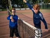 Tijl en Joppe gaan lekker op de fiets naar de tennisbaan