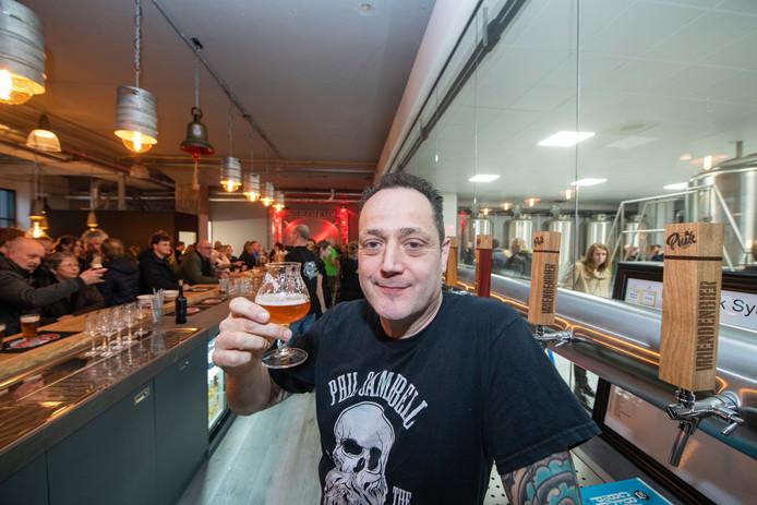 Brouwerij Puik Bieren aan de Beekstraat is geopend. Proost, zegt eigenaar Richard Pool.