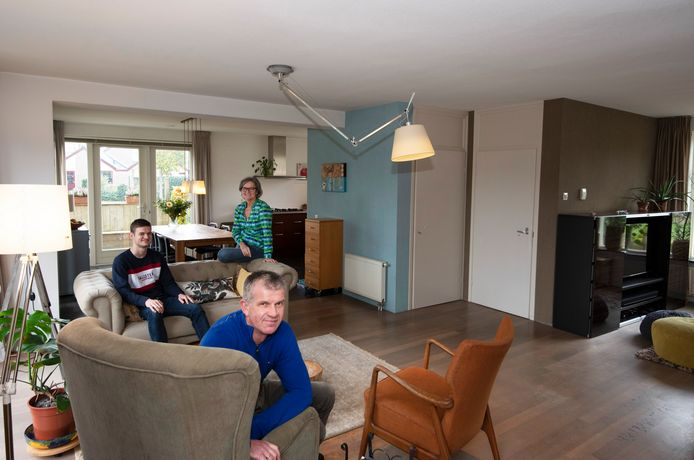Gert van der Bijl en Jolien Koole met hun zoon Rob in de woonkamer.