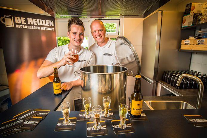 Proefbrouwerij De Heuzen heeft het eerste tripelbiertje gebrouwen, met Hidde Heutink (links) en Bastiaan Kroezen.