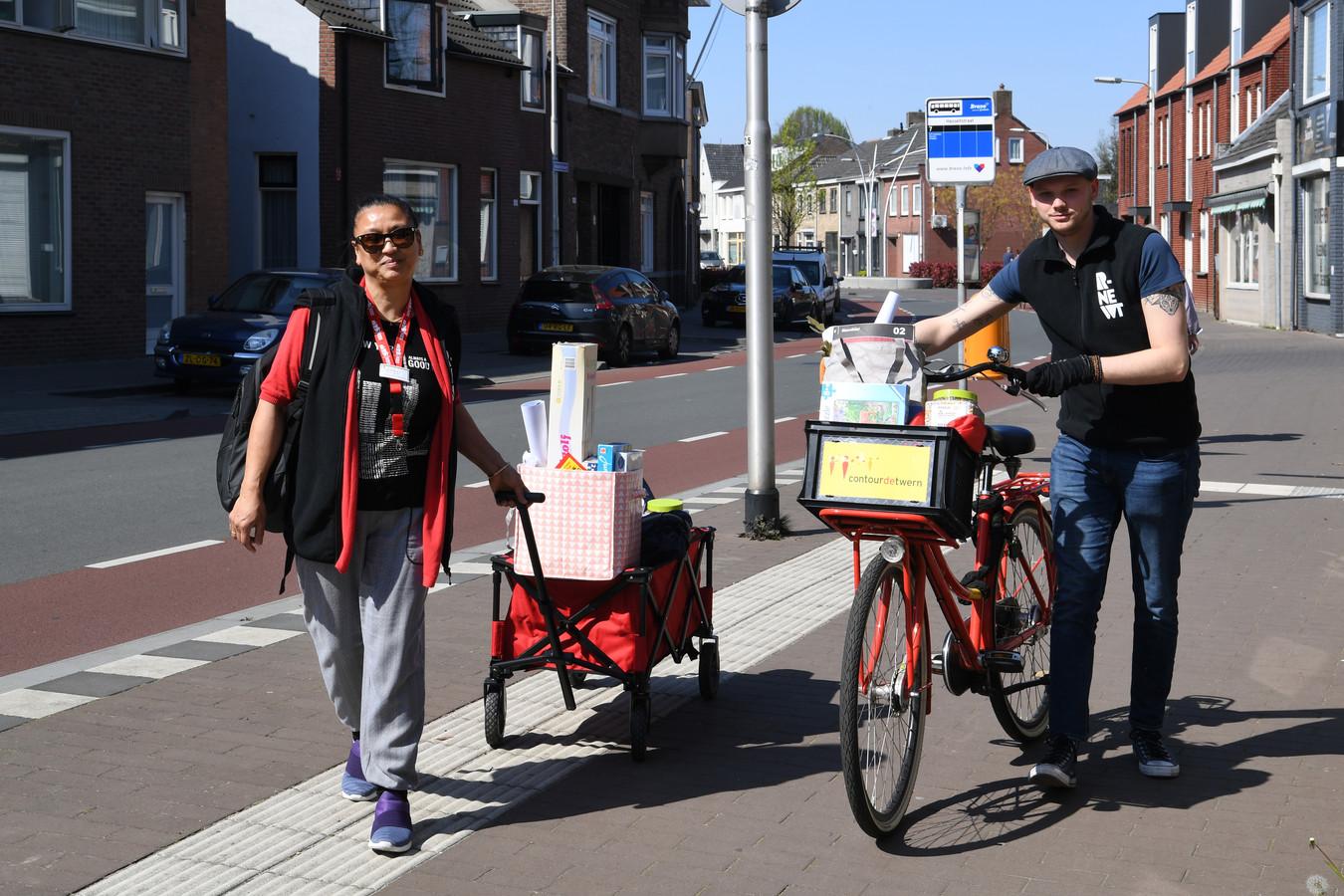 Shirley van den Broek en Olmer Steegh van ContourdeTwern en RNewt met een tassen vol speelgoed op pad in Tilburg Oud-Noord.