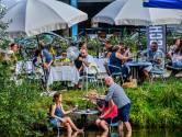 Mooie hitte-taferelen: liefdesboot en met de voeten in het water van de Piushaven dineren