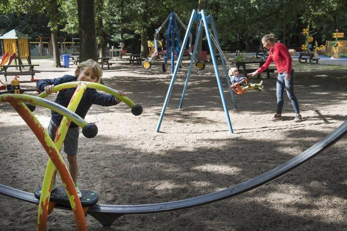 Spelende kinderen in De Leemkuil. foto Bert Beelen