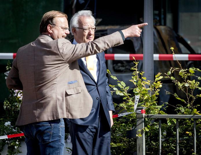 Hoofdredacteur Paul Jansen (L) van de Telegraaf en burgemeester Jozias van Aartsen voor het hoofdkantoor waar rond 4.00 uur een bestelauto met flinke snelheid door de glazen pui van het hoofdkantoor aan de Basisweg in Amsterdam is gereden.