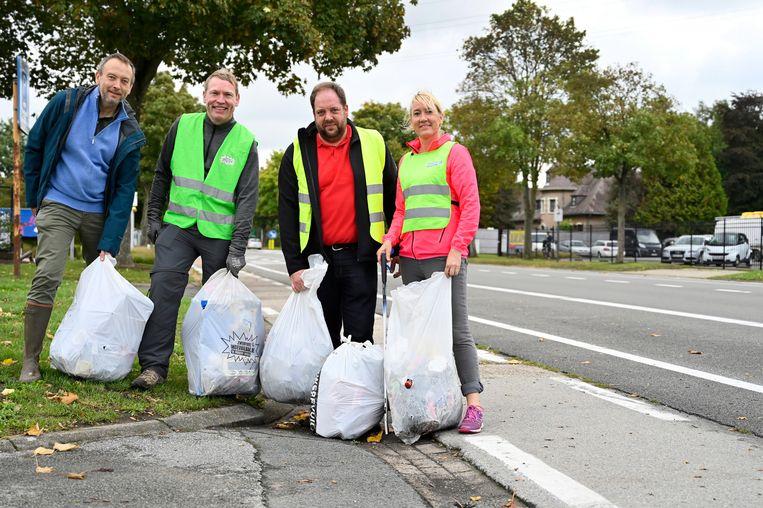 Langs de Provincialebaan en Mandekensstraat werden ettelijke vuilniszakken vol afval verzameld.