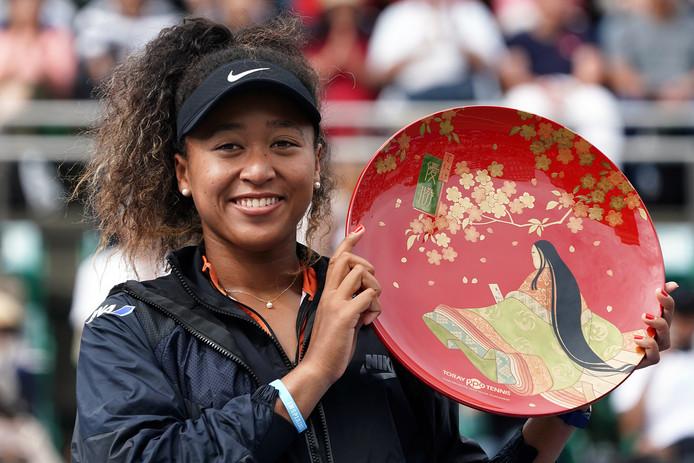 Naomi Osaka met de trofee na haar toernooizege.