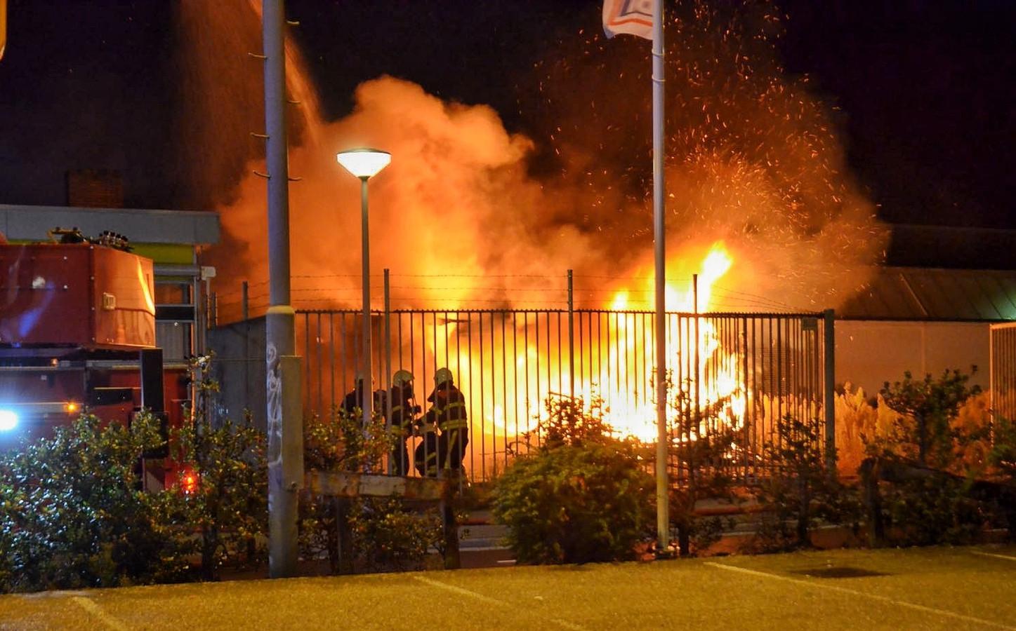 Uitslaande brand in een oude autogarage in Bergen op Zoom.
