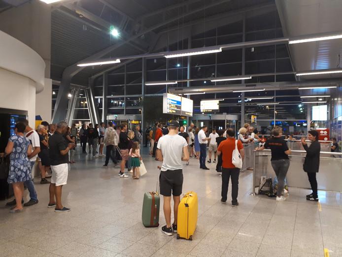 Wachtende passagiers op Eindhoven Airport.