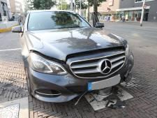 Mercedesbestuurder rijdt zich vast op bewegende paal