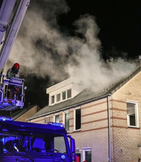 Brand verwoest zolder in Swifterbant: straat vol rook