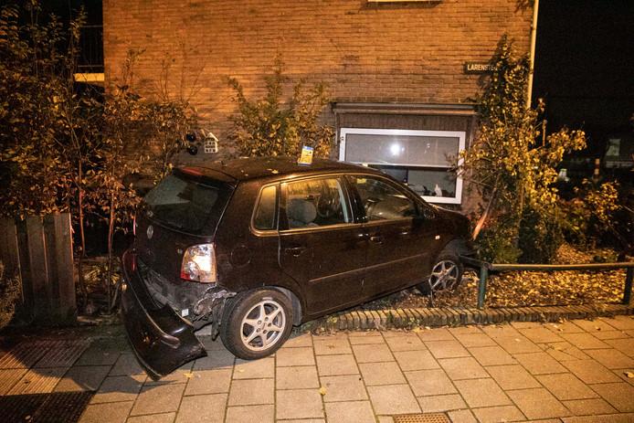 De auto liep veel schade op door de botsing.