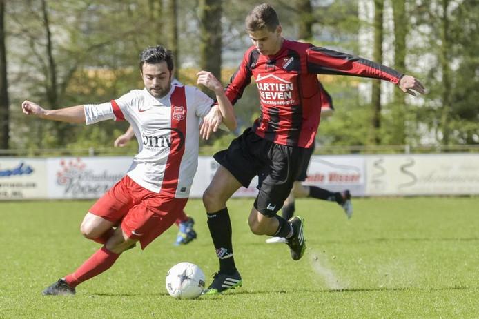 Batuhan Gunuc (l) in duel met Tim van den Akker. foto Jean Pierre Reijnen