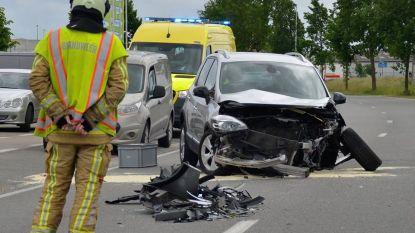 Auto's botsen (alweer) aan Aveve-winkel: twee mensen naar het ziekenhuis
