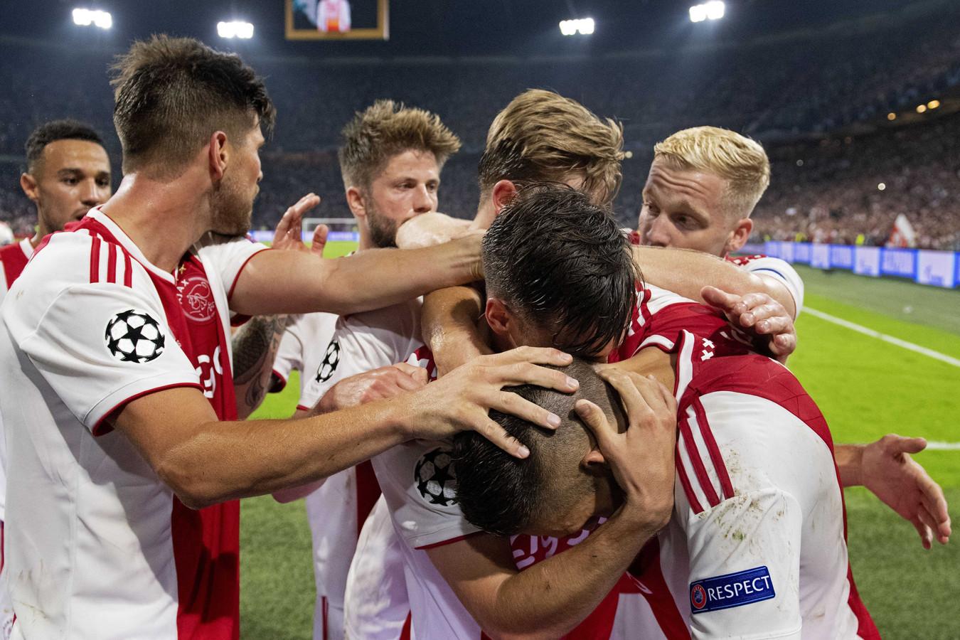 Ajax viert feest na een goal tegen Kiev.