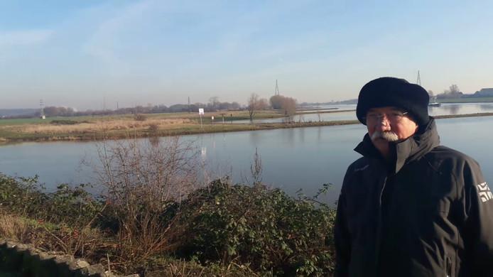 Voorzitter Henk Blaauw van watersportvereniging VADA op de plek waar leden van zijn club zondag dachten te zien dat een roeiboot omsloeg.