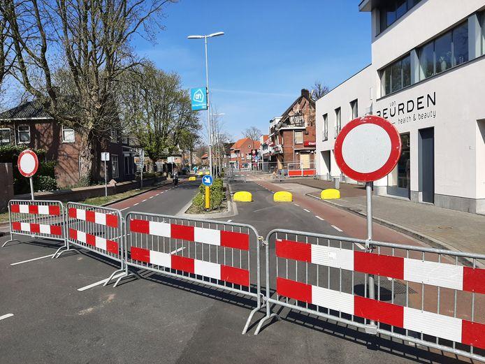 De doorgaande weg is afgesloten.