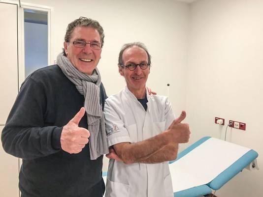 Willem van Hanegem met zijn arts in het ziekenhuis