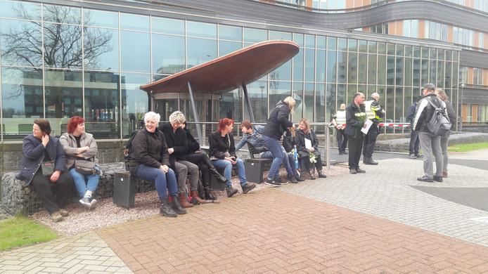 Demonstranten bij het provinciehuis.
